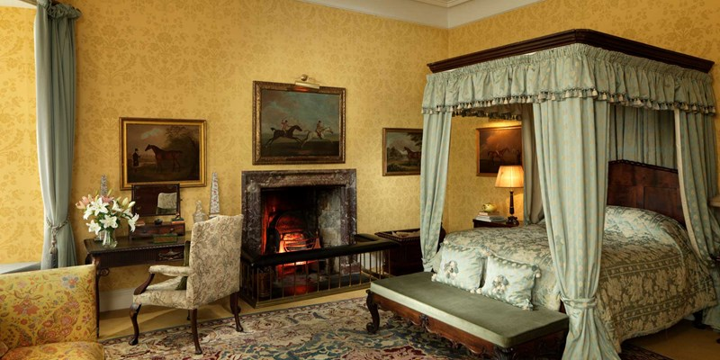 Four poster at Lough Cutra Castle