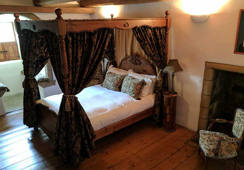 Four Poster 1